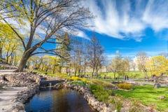 RYSKI, LATVIA, MAJ - 06, 2017: Widok na drogach przemian z okwitnięć drzewami, krzaki i odprowadzeń ludzie w Parkowym bastionie C Zdjęcia Royalty Free