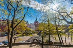RYSKI, LATVIA, MAJ - 06, 2017: Widok na drogach przemian z okwitnięć drzewami, krzaki i odprowadzeń ludzie w Parkowym bastionie C Obrazy Royalty Free