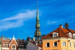 RYSKI, LATVIA, MAJ - 06, 2017: Widok na Ryskim ` s StPeter ` s kościół i starzy kolorów domy z kafelkowym dachem lokalizujemy w t Obraz Stock