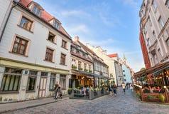 Ryski, Latvia, Sierpień - 23, 2017: Piękny widok na starych kolorowych budynkach i ulicznych kawiarniach Ryski, Latvia Zdjęcie Stock