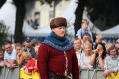RYSKI, LATVIA, SIERPIEŃ - 21: Niezidentyfikowany mężczyzna w średniowiecznym kostiumu f Zdjęcie Stock