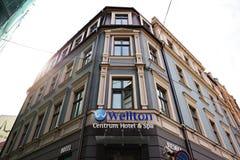 RYSKI, LATVIA, WRZESIEŃ - 07, 2018: Szeroki kąta widok nad Wellton Centrum zdrojem w Vecriga Starym miasteczku i hotelem spod spo fotografia stock