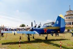 Ryskt aerobatic flygplan för Yak 52 under flygshow Royaltyfri Foto