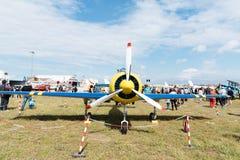 Ryskt aerobatic flygplan för Yak 52 under flygshow Arkivbilder