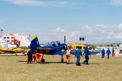 Ryskt aerobatic flygplan för Yak 52 under flygshow Royaltyfria Bilder