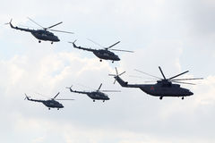 Ryskt aerobatic lag Berkuts på Mi-28 Royaltyfri Bild