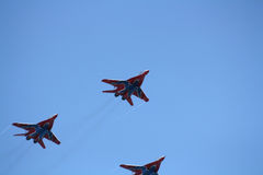 Ryskt aerobatic lag Strizhi på MiG-29 Royaltyfri Foto
