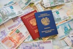Ryskt armeniskt pass och rubel på bakgrunden royaltyfri bild