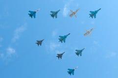 Ryskt flygvapen Sukhoi SU-34, 3 SU-24M, 4 SU-27 och 2 MiG-29 Royaltyfri Foto