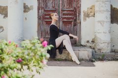 Ryskt härligt ung flickabalettdansöranseende på pointe arkivfoto