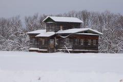 Ryskt norr ensamt gammalt hus Arkivfoto