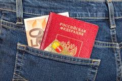 Ryskt pass, sedel 50 euro och kreditkort MasterCard in Royaltyfri Fotografi