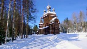 Ryskt traditionellt träbondaktigt hus, Malye Karely by, lager videofilmer