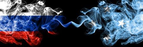 Ryskt vs Mikronesien, förlade Micronesian rökflaggor sidan - vid - sidan Tjocka kulöra silkeslena rökflaggor av Ryssland och Mikr arkivfoto