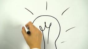Rysować żarówka jako symbol pomysł rysujący na desce zbiory wideo