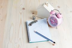 Rysować dom na notatniku zdjęcia stock
