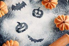 Rysować Halloweenowe dekoracje na mąki tle, torty w formie szpilki, dyniowej i tocznej Halloweenowy kulinarny pojęcie zdjęcie stock