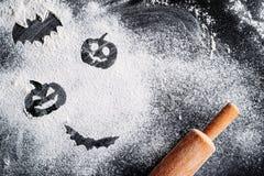 Rysować Halloweenowej bani i nietoperza na mąki tle tocznej szpilce i Halloweenowy kulinarny pojęcie obrazy stock