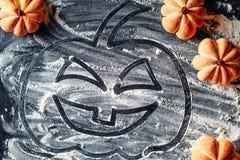 Rysować Halloweenowej bani na mąki tle i domowej roboty ciastkach zdjęcia stock
