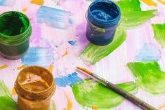 Rysować i dziecka ` s twórczość na guaszie stołowej kitce i, tło dziecka ` s malowaliśmy prześcieradło papier Fotografia Stock