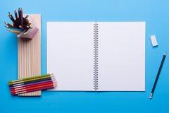 Rysować ustawiam na błękita stole Fotografia Stock