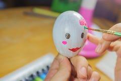 Rysować na jajecznym przygotowaniu dla wielkanocy Zdjęcie Stock