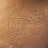 Rysować na piasku dom i drzewo zdjęcia royalty free