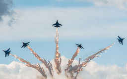 Ryss adlar aerobatic lagSukhoi Su-27 kämpar på MAKS Airshow 2015 Arkivfoton