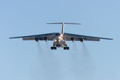 Ryss EMERCOM för lastflygplan IL-76 landar Arkivbild