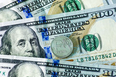 Ryss en rubel mynt och USA hundra dollarsedlar Arkivbild