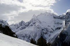 ryss för ossetia för berg för alaniacaucasus federation nordlig norr panorama för caucasus liggandeberg bak oklarhetssunen Royaltyfri Fotografi