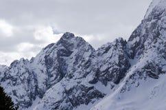 ryss för ossetia för berg för alaniacaucasus federation nordlig norr panorama för caucasus liggandeberg molnig sky Arkivfoton