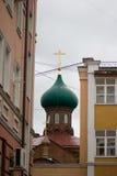 Ryss Kazan, 14 september 2016 - kupolen av de gamla troendena som är kyrkliga bland bostads- byggnader Royaltyfri Foto