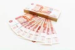 Ryss 5000 rubel sedlar på vit Lekmanna- lägenhet, bästa sikt Royaltyfri Foto