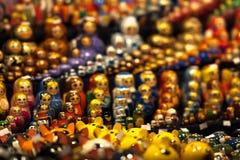 Ryss som bygga bo dockor på en turist- presentaffär arkivbilder