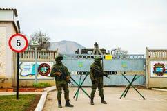 Ryss tjäna som soldat bevaka en ukrainsk sjö- grund i Perevalne, Royaltyfria Bilder