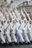 Ryss tjäna som soldat i form av det stora patriotiska kriget på ståta på röd fyrkant i Moskva Royaltyfri Bild