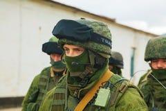 Ryss tjäna som soldat på marschen i Perevalne, Krim Royaltyfri Fotografi