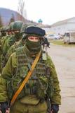 Ryss tjäna som soldat på marschen i Perevalne, Krim Arkivfoto