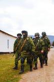 Ryss tjäna som soldat på marschen i Perevalne, Krim Royaltyfri Bild