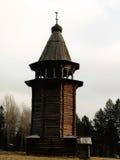 Ryssland - Arkhangelsk - förortForest Park utomhus- museum i vintern - historisk ortodox kristen träbelltower Arkivbild