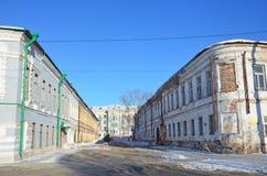 Ryssland Arkhangelsk, gamla hus i den Bankovsky gränden Den Bankovsky gränden som bygger 2 på rätten, är Commercial Bank av 18-19 royaltyfria bilder