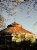 Ryssland - Arkhangelsk - gammal förstörd övergiven cirkusbyggnad Royaltyfri Fotografi