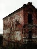 Ryssland - Arkhangelsk - gammalt förstört övergivet tegelstenhus Royaltyfria Bilder