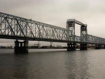 Ryssland - Arkhangelsk - nordlig Dvina flod - attraktionbro på höstdagen Arkivfoto