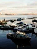 Ryssland - Arkhangelsk - nordlig Dvina flod - fartygstation på solnedgången Arkivbild