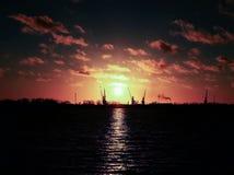 Ryssland - Arkhangelsk - nordlig Dvina flod - sikt till hamnstaden på solnedgången Arkivbild