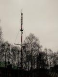 Ryssland - Arkhangelsk - TVmast på höstdagen Royaltyfria Foton