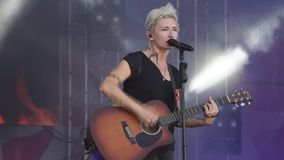 Ryssland Berezniki 14 Juli 2018 sångare utför under en konsertshow lager videofilmer