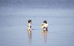 Ryssland - Berezniki Juli 18: ungdomarhoppar in i floden på solnedgången Royaltyfria Bilder